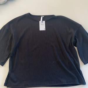 Svart ribbad blus från NEU/lager157. Oanvänd fin vår blus.