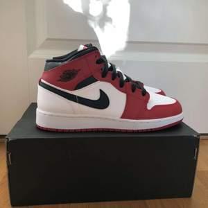 """Jordan 1 mid """"Chicago"""" finns i storlek 38,5. Kvitto och original box följer med."""