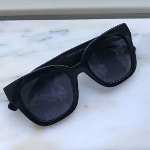 Ett par svarta solglasögon från pilgrim❣️ köparen står för frakten 📦