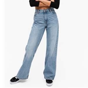 Jeans från monki i den populära modellen yoko och den vanligaste färgen mid blue🤎 sparsamt använda och fint skick :)