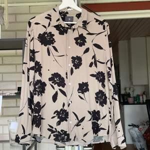 Tre skjortor, en för 50kr eller alla 3 för 130kr. Bra material, använda ett fåtal gånger⭐️