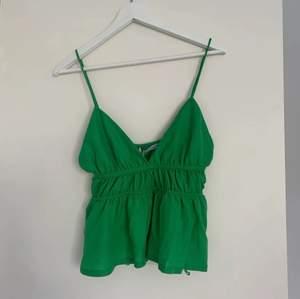 Säljer denna fina gröna topp från Zara endast testad så i toppenskick med prislapp kvar! Storlek S. Köparen står för frakt och bud är bindande. Där jag köpte den var denna den sista i storlek s💚 Köp direkt för 350kr💚Lånade bilder från Ida Åberg