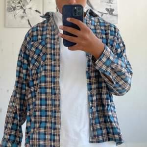 Tunn overshirt/skjorta i rutigt möbster från urban outfitter vintage. Använd fåtal gånger, nyskick. Köparen står för frakten. Väldigt liten i storleken