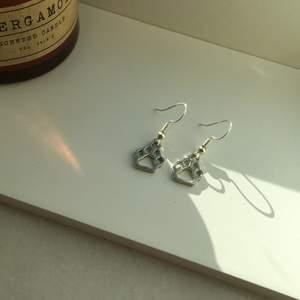 Dessa örhängen är sååååå snygga, men har redan så många andra snygga örhängen så det blir inte så ofta att jag användar dom. 💕💕köparen står för frakten, betalning sker via swish. 🤍🤍