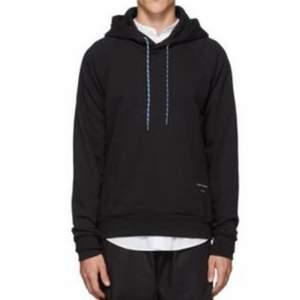 As snygg svart hoodie från Tiger Of Sweden, i stolek S🙌🏼 Bra skick, näst intill oanvänd!! Frakt ingår i priset :)