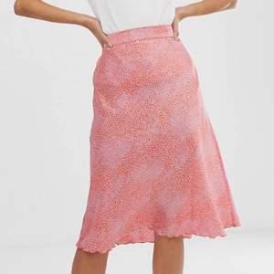 Intressekonflikt på min Rosa/röd prickig kjol från Only, superfin med resår i midjan och längre modell! Färgen är mer som bilden med glassen, andra bilden är från hemsidan! Storlek S men passar även en liten M då midjan är elastisk! 🤍 köp direkt för 200!