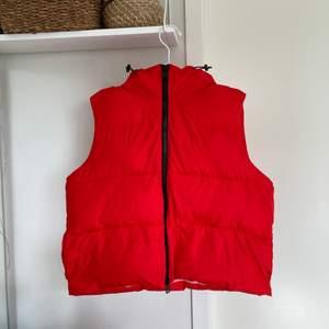 En röd puffer väst från märket Light Before Dark inköpt på Urban Outfitters, använt en endaste gång och tvättad så den är som ny! Lite fel säsong att sälja värmande jackor men tänk vad bra att redan ha en sen i höst😉 Går att dra åt luvan! Köpt för 5-600 någonting kanske mer :) Storlek M/L, jag är en M men tänker att den passar alla ifrån S-XL, den sitter lite oversized på mig! Har några fler bilder så skriv om du är intresserad!💕