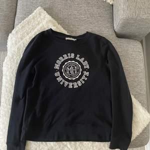 Collage tröja från Morris lady, storlek XS. Passar om du vanligtvis har storlek S. Marinblå/mörkblå! Nypris 999kr mitt pris 350kr