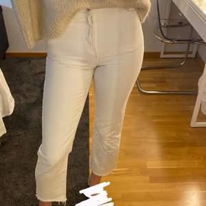 Säljer dess fina vita jeans ifrån NAKD, då dom är för små för mig. Dom är raka i modellen och lite croppade. Dom är i storlek 34 och jag är ca 173 lång. Köpta för 500kr. Köparn står för frakten🤪