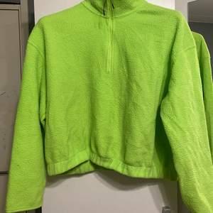 Lime grön halvt croppad tjocktröja , köpt på Weekday för 199kr om jag minns rätt! Säljer den då den ej kommer till användning , använd fåtal gånger :)