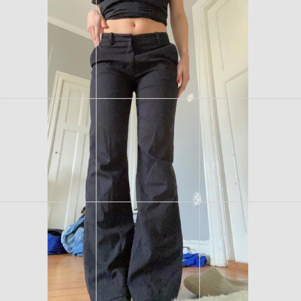 Lågmidjade kostymbyxor från Lindex, storlek 36 jag är 164 cm lång. Säljer då jag har flera liknande!. Jeans & Byxor.