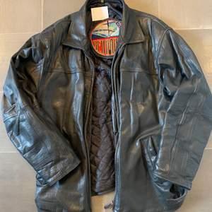 Snygg läder/skinn jacka köpt på secondhand. I väldigt bra skick. Inga större skador såsom hål och stora slitningar m.m.       Edit: Det är budgivning som sker just nu, högsta budet nu är: 420kr