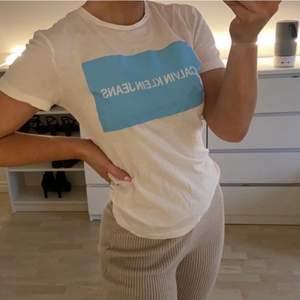 Calvin Klein jeans t-shirt 💙🦋 blått tryck  Storlek S Knappt använd🥰 Köpt för 599kr!  Ni står för frakten🦋✨ men kan absolut kombineras med priset på plagget. #Calvinklein #Calvin #klein #blå