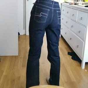 Asballa mörkblåa jeans som jag hittat second hand. Använt en gång, jag är 169 och de är lite långa men man kan vika upp enkelt och de är bra i längden med skor på för mig 💙