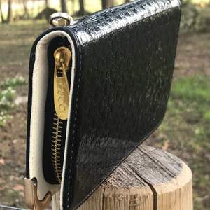 Snygg plånbok med märket Gucci på. Inte äkta. Endas använd ett fåtal gånger. Fortfarande fräsch.