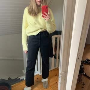Säljer dessa jeans i rowe modellen från weekday, säljer på grund av att dem sitter lite för tight runt låren för min smak men annars sjukt snygga! Kontakta för fler bilder !köparen står för frakten!