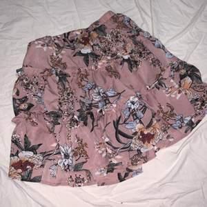 Supersöt kjol som jag thriftade förra året. Har inte kommit så mycket till användning så säljer vidare storlek S inget märke på men skulle tro att den är vintage fast vet helt ärligt inte❤️❤️Fri frakt (kommer i ett brev)❤️❤️