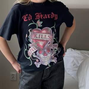 Skit cool Ed hardy t-shirt med rhinestones. 300kr + 57kr spårbar frakt! Storlek herr XL men sitter som en herr L, modellen på första bilden är 163 och har dam XS/S och modellen på dom andra bilderna är 183 och har herr L