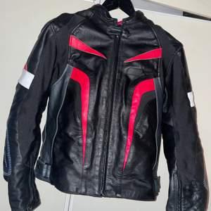 Storlek L på jackan och XL på byxorna