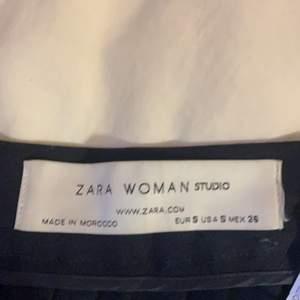 Väldigt unik och eftertraktad kjol från zara studios, säljs för runt 2000 på andra sidor. Fint skick inga defekter, säljer då den blivit för liten. Kjolen har korsett detaljer på höger och vänster sida och är i så bra kvalitet☺️kan tänka mig 400 vid snabb affär