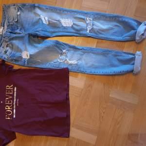 Snygga Ljusblåa jeans med sliten look på . Rak modell ner till ej stuprör.  Dom är I fint skick . Storlek 28.