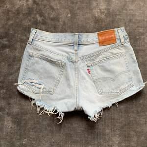Ljusa shorts från Levis i modellen 501. Storlek S☺️