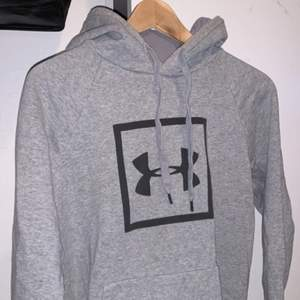 Under armour hoodie i mycket fint skick!