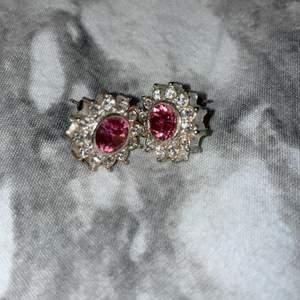 Säljer dessa jätte fina örhängena. Aldrig använda!💖 KÖPAREN STÅR FÖR FRAKTEN!!💖💖