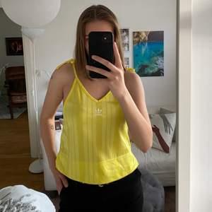 Ett gult linne från adidas. Sparsamt använd, därav i bra skick. Köpare står för frakt.