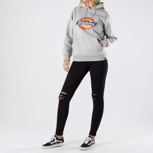 Jag säljer nu min grå dickies hoodie som är köpt för ca 6 månader sedan och är köpt på Dickies.Com. Den är rätt så mycket använd men fortfarande superbra kvalite. Den är köpt som dam men passar såklart killar också.Kom privat för bilder på hoodin. KÖPAREN STÅR FÖR FRAKTEN!!!
