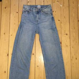 Detta är ett par blåa jeans som har använts några fåtal gånger. Dem är väldigt bekväma ❤️❤️🥰🥰