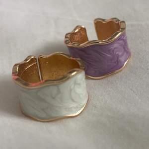 Säljer två jättefina justerbara ringar som är helt nya. Säljs för 30kr styck+frakt (11kr) eller 50kr+frakt för båda