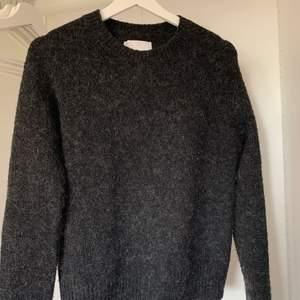 En jättefin tröja från märket Samsøe & Samsøe. Tröjan är gråspräcklig och inte alls stickig. Den är i jättefint skick och i storlek S, buda privat❤️