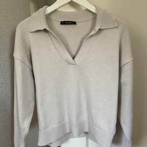 Beige tröja från Chiquelle! Säljer för den inte kommer till användning (använd högst 5 gånger). Den har dock en liten tråd som sticker ut i kragen (andra bilden). Storlek one-size, men passar mig som vanligtvis har S 🤍