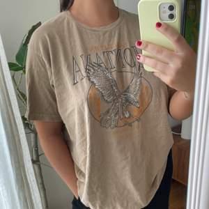 Säljer denna T-shirt från prettylittlething. Oanvänd! ☺️
