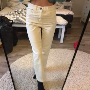 Manchester byxor i krämvit färg🤍 storlek 38 använd någon gång