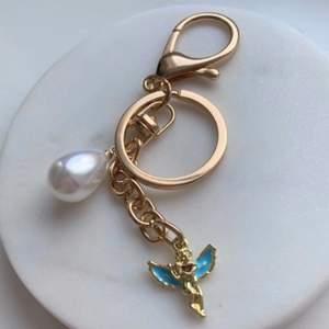 Säljer handgjorda nyckelringar & örhängen ✨👼                   Om man köper två nyckelringar så blir det 100kr istället✨ Om du skulle vilja matcha så säljer jag även liknande örhängen (bild 2)✨