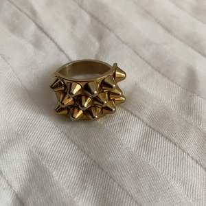 Intressekoll på min jättefina slutsålda ring från Edblad med nitar, storlek 17,50 ❤️