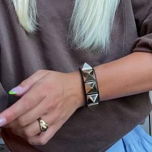 Armband från Valentino, Rockstud Large Leather Black. Svart läder med guldiga nitar. Köpt från Vestiere Collective för 1500kr. Inga repor, mycket bra skick. Skriv för fler bilder🤍