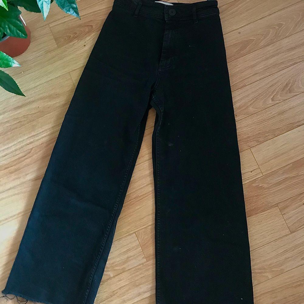 jätte snygga svarta vida jeans från zara! Dom är bekväma och har bra strecth. Dom är i perfekt skick! Storlek är 36 men dom passar till 38 också. Kund betalar frakt men kan också mötas upp i västerås💕. Jeans & Byxor.