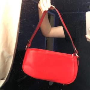 En röd axelväska som inte används. Den är jättefin och använd 1 gång därför säljer jag den❤️