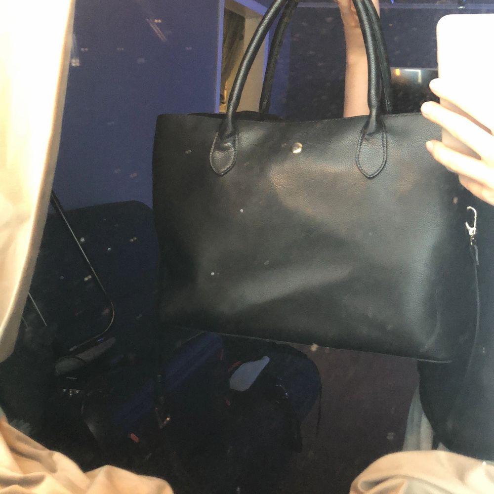 En snygg stor väska som rymmer mycket+ att den har dator fack! Används inte därför säljer jag❤️ original pris 400kr. Väskor.