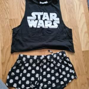Starwars pyjamas med croppad top. Använd men i gott skick. Stoelek S 150kr + frakt