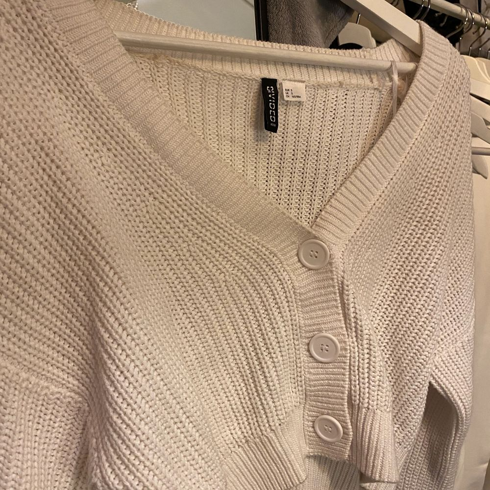 Mysig stickad tröja från h&m i storlek S men skulle säga att den passar allt mellan XS-M beroende på hur man vill att den ska sitta. Minns en nypris men är väldigt sparsamt använd! Skriv för mer bilder/info💕. Stickat.