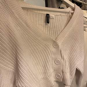 Mysig stickad tröja från h&m i storlek S men skulle säga att den passar allt mellan XS-M beroende på hur man vill att den ska sitta. Minns en nypris men är väldigt sparsamt använd! Skriv för mer bilder/info💕