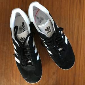 Säljer tyvärr mina HELT OANVÄNDA Adidas Gazelle då de tyvärr är i fel storlek för mig. Svinsnygga och i sprillans nytt skick! Köpare står för frakt 💛