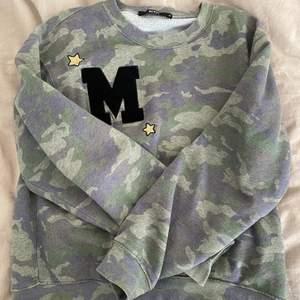 Trendig sweatshirt från Bik Bok. Passar till allt, använd ett tag men inga defekter! Skön som oversized:)