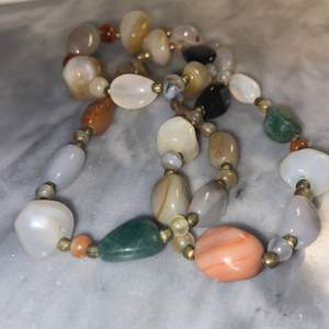Halsband med stenar i bra skick, köpare står för frakten