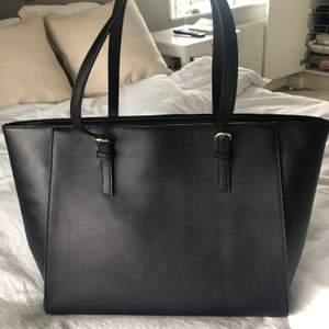 Handväska från Anna Field köpt förra året, använd men i bra skick! Blir din för 120kr💞💞💕 frakt tillkommer på 66kr