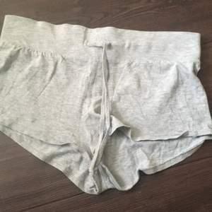 Ljusgråa pyjamas short från H&M. Säljer pga att dom är alldeles för stora i midjan. Dom har ett snöre som man kan knyta.